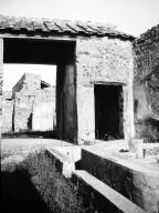 231108 Bestand-D-DAI-ROM-W.1161.jpg VI.7.23 Pompeii. W.1161. Looking east across courtyard with fountain, towards south wall of tablinum. Photo by Tatiana Warscher. Photo © Deutsches Archäologisches Institut, Abteilung Rom, Arkiv. See http://arachne.uni-koeln.de/item/marbilderbestand/231108