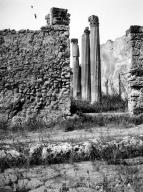VI.7.21 Pompeii. W.1214. Façade and south side of doorway with capital. Photo by Tatiana Warscher. Photo © Deutsches Archäologisches Institut, Abteilung Rom, Arkiv.
