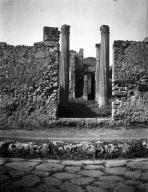 VI.7.21 Pompeii. W.1216. Entrance doorway with capital on south side. Photo by Tatiana Warscher. Photo © Deutsches Archäologisches Institut, Abteilung Rom, Arkiv.