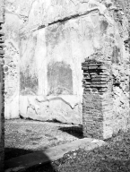231388 Bestand-D-DAI-ROM-W.1235.jpg VI.7.20 Pompeii. W1235. Small oecus with doorway from north portico of peristyle, showing remains of wall decoration on east wall. Photo by Tatiana Warscher. With kind permission of DAI Rome, whose copyright it remains.  See http://arachne.uni-koeln.de/item/marbilderbestand/231388