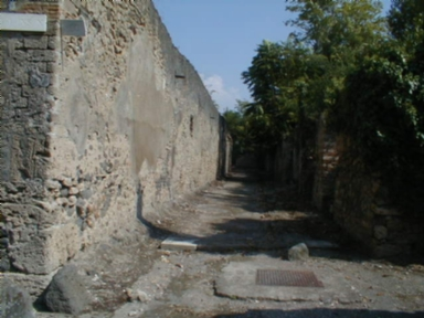 I.10.11 Pompeii.  Back wall and unnamed vicolo between I.10 and I.19. Looking east from the junction with Vicolo del Citarista. September 2004.