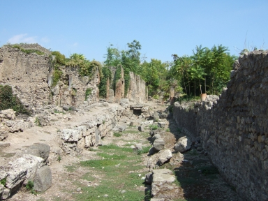 I.2.31, on left, Pompeii. September 2005.  Vicolo del Conciapelle looking east.  North side of I.1.9, on right.