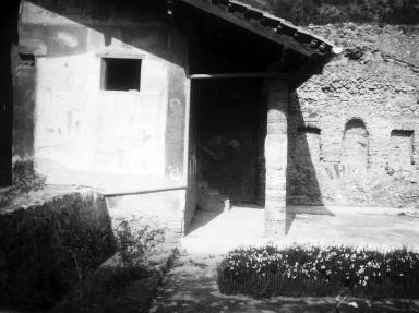 231607 Bestand-D-DAI-ROM-W.1191.jpg VI.7.23 Pompeii. W.1191. Looking north to bedroom and summer triclinium, with the three niches. Photo by Tatiana Warscher. Photo © Deutsches Archäologisches Institut, Abteilung Rom, Arkiv. See http://arachne.uni-koeln.de/item/marbilderbestand/231607