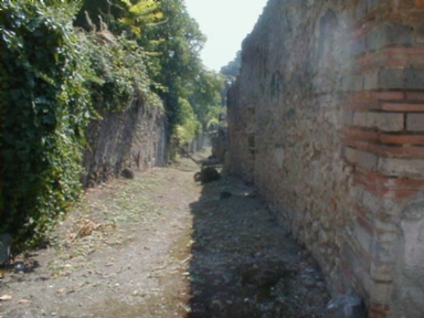 Roadway between I.19 and I.2 from I.10.11 Pompeii looking south. September 2004.