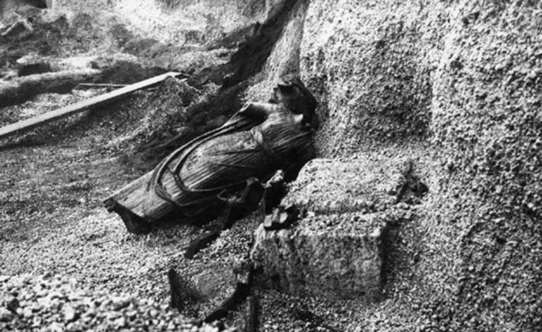 Santuario extraurbano del Fondo Iozzino. 1960. Statue found upturned in the lapilli between the aediculae of the temple.  Photograph courtesy of Parco Archeologico di Pompei.