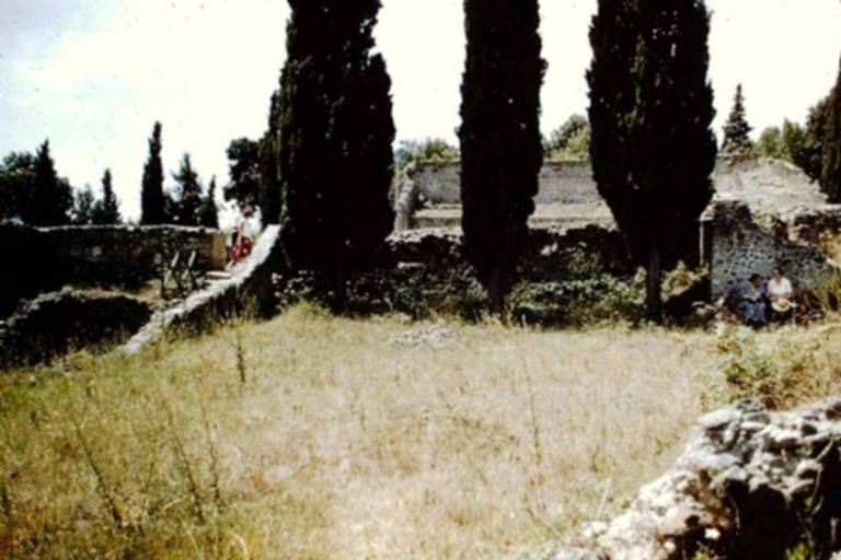 VIII.7.26 Pompeii. 1959. Looking west from garden area, towards upper level of Theatre, with Tatiana Warscher and Wilhelmina Jashemski resting in the shade.  Photo by Stanley A. Jashemski. Source: The Wilhelmina and Stanley A. Jashemski archive in the University of Maryland Library, Special Collections (See collection page) and made available under the Creative Commons Attribution-Non Commercial License v.4. See Licence and use details. J59f0262
