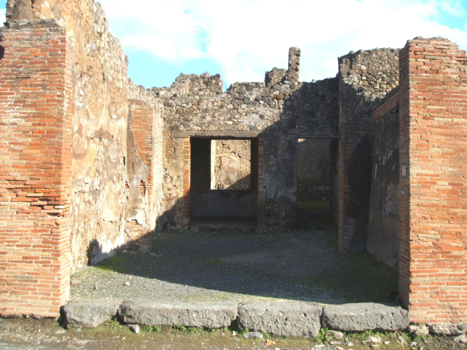 IX.2.5 Pompeii.  December 2004. Entrance to shop, and to dwelling at rear.