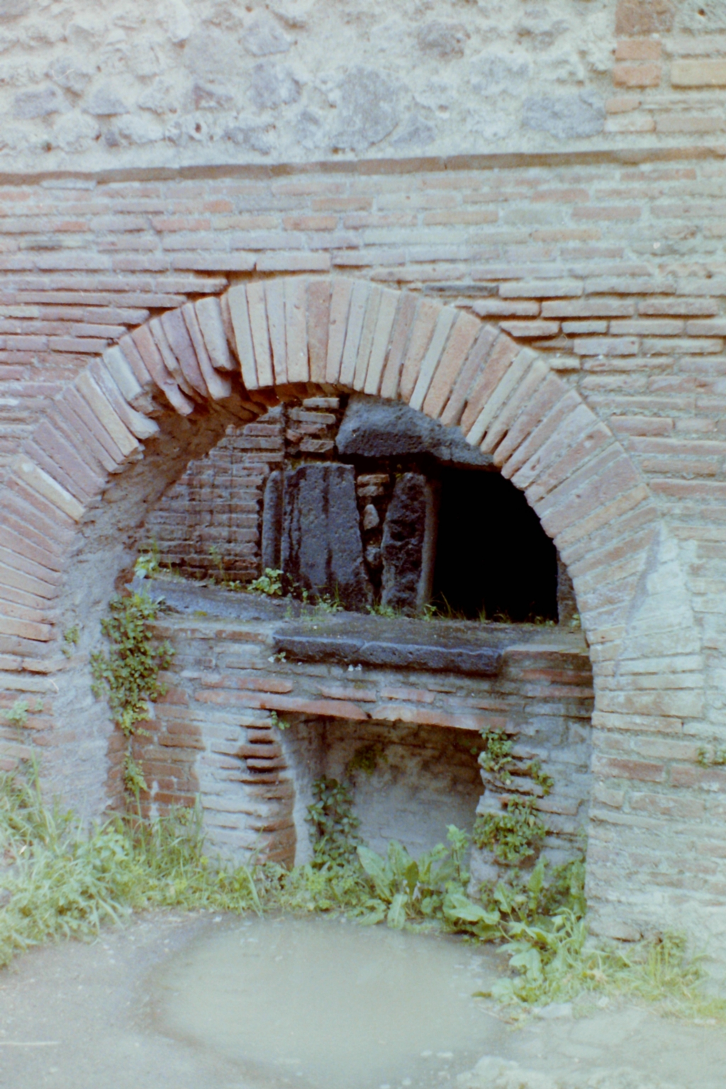 VII.2.22 Pompeii. 4th April 1980, pre earthquake. Looking east towards oven. Photo courtesy of Tina Gilbert.