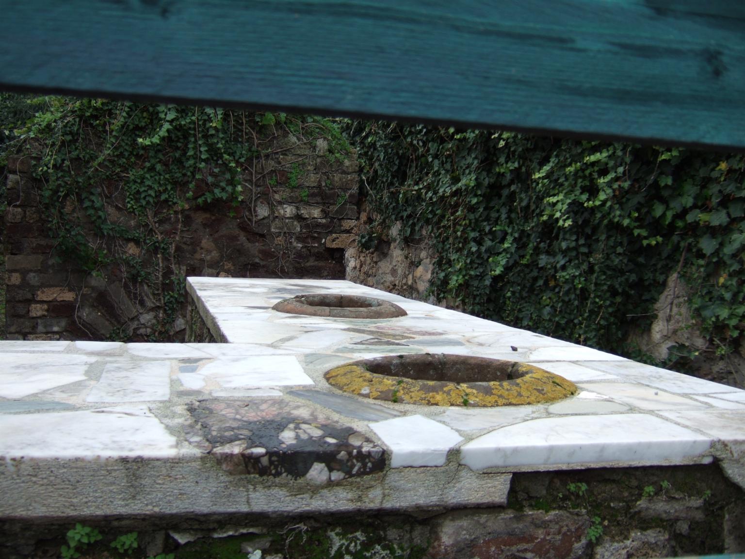 VI.15.15 Pompeii. December 2005. Looking west across counter.